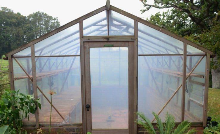 Чем весной обработать теплицу от болезней и вредителей перед посадкой растений без замены почвы?